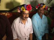 Arvind Kejriwal does a Taher Shah: Twitter can't stop talking about Delhi CM's floral headgear