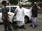 Mulayam Singh Yadav takes strategic risks with Amar Singh before UP polls, but will his party back him?