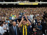 Van Persie signs for Turkish giants Fenerbahce, gets rousing reception from 18,000 fans