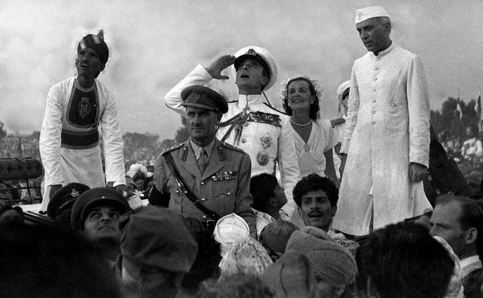 In this handout picture taken on 15 August 1947, British Governor-General Lord Mountbatten (C) gestures alongside Lady Edwina Mountbatten (2R) and Indian Prime Minister Jawaharlal Nehru (R) as they witnesses the raising of the Indian tricolour for the first time at India Gate in New Delhi. AFP/ Getty Images