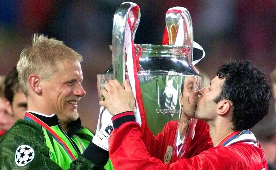 Peter Schmeichel holder Champions League trofèet sammen med Ryan Giggs. Foto: Reuters