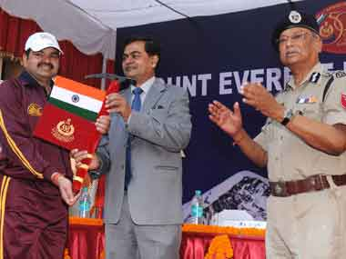 Union home secretary, RK Singh flagging off the Mt Everest Expedition by Sashastra Seema Bal in New Delhi on 02 April 2013. Image courtesy PIB