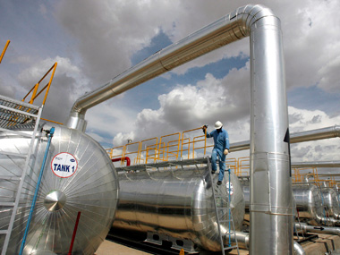 A Cairn India employee works at a storage facility for crude oil at Mangala oil field at Barmer in the desert Indian state of Rajasthan August 29, 2009.