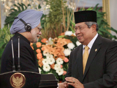Prime Minister Manmohan Singh and Indonesian President Susilo Bambang Yudhoyono shake hands after their media statement at Merdeka Palace in Jakarta. PTI