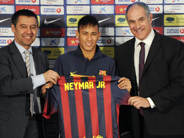 Bartomeu (L) with Neymar during the player's unveiling at Barcelona. Getty Images