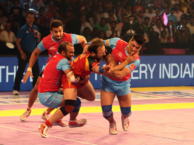 File image of Manjeet Chhillar of Bengaluru Bulls grabbed by the Jaipur Pink Panthers defence. Image: Pro Kabaddi