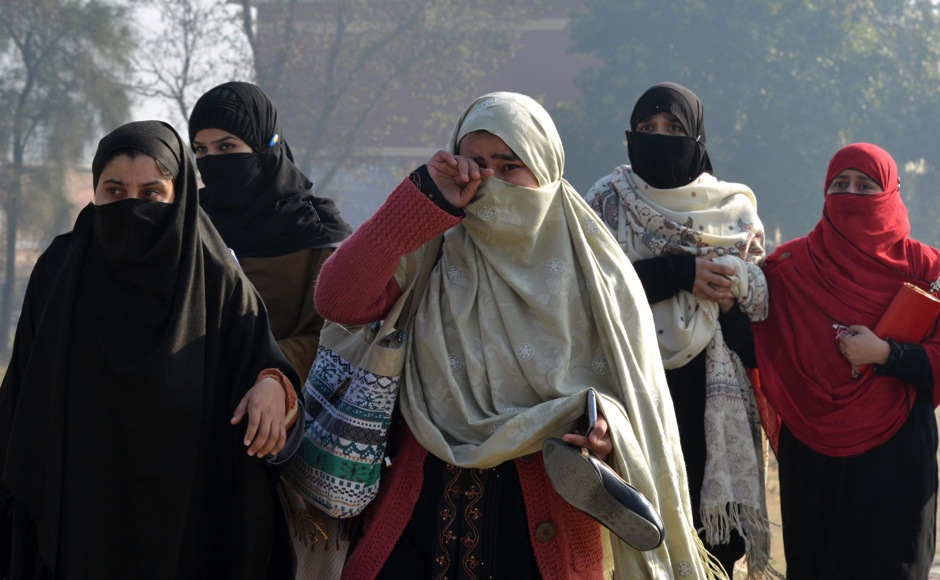 Pakistani students come out from the Bacha Khan university following an attack by militants in Charsadda, about 50 kilometres from Peshawar, on January 20, 2016. At least 21 people died in an armed assault on a university in Pakistan on January 20, where witnesses reported two large explosions as security forces moved in under dense fog to halt the bloodshed. AFP PHOTO / A MAJEED / AFP / A Majeed