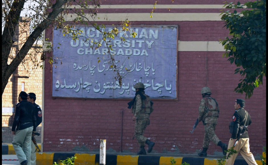 Pakistani army soldiers take part in search operation at the Bacha Khan university following an attack by militants in Charsadda, about 50 kilometres from Peshawar, on January 20, 2016. At least 21 people died in an armed assault on a university in Pakistan on January 20, where witnesses reported two large explosions as security forces moved in under dense fog to halt the bloodshed. AFP PHOTO / A MAJEED / AFP / A Majeed