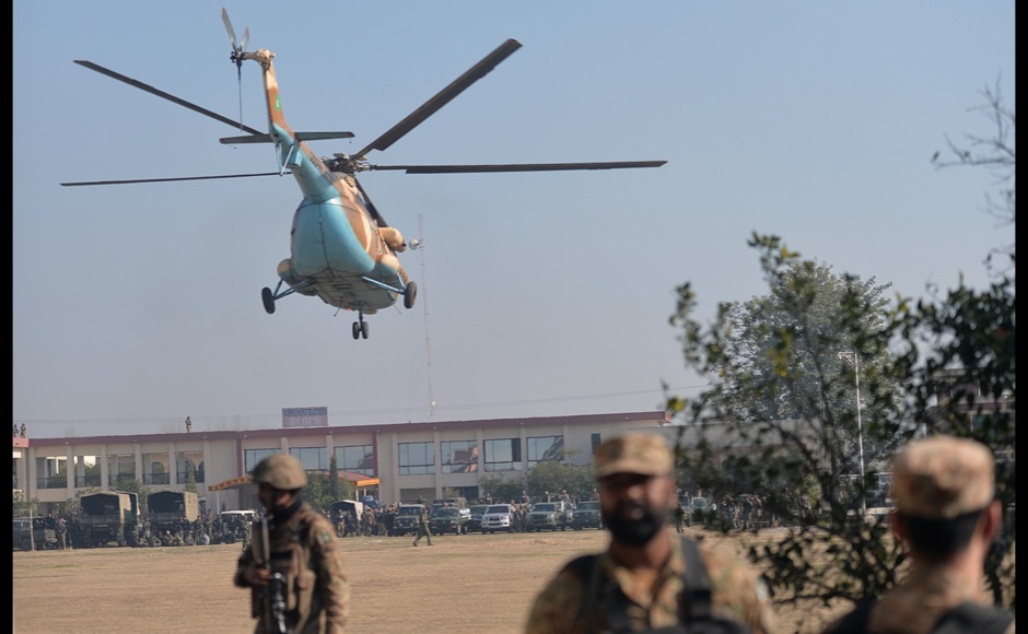 An army helicopter arrives at Bacha Khan university following an attack by militants in Charsadda, about 50 kilometres from Peshawar, on January 20, 2016. At least 21 people died in a Taliban assault on a university in Pakistan, where witnesses reported two large explosions as security forces moved in under dense fog to halt the bloodshed. AFP PHOTO / Aamir QURESHI / AFP / AAMIR QURESHI