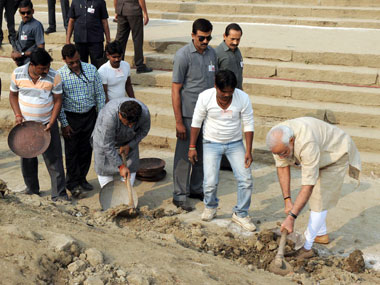 Prime Minister Narendra Modi participating in Shramdaan as part of Swachhta Abhiyaan at AssiGhat, in Varanasi on 8 November 2014. Image courtesy PIB