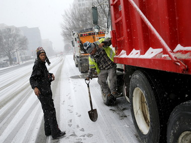 Washington begins clean up ops rightaway so the snow does not turn to ice as the temperature drops/ Reuters