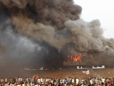 East Godavari: Agitators belonging to the Kapu caste set fire to Ratnachal Express when it halted at Tuni railway station in East Godavari district on Sunday afternoon, they were protesting to demand their caste for inclusion in the backward class. PTI