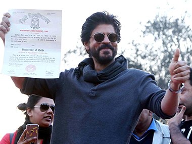 Shahrukh-collected-his-certificate,-28-years-after-passing-out-from-Hans-Raj-College_SolarisImages