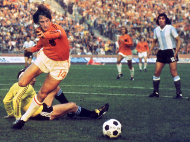 This 26 June, 1974 file photo shows  Dutch midfielder Johann Cruyff dribbling past Argentinian goalkeeper Daniel Carnevali during the World Cup quarterfinal in Gelsenkirchen. AFP
