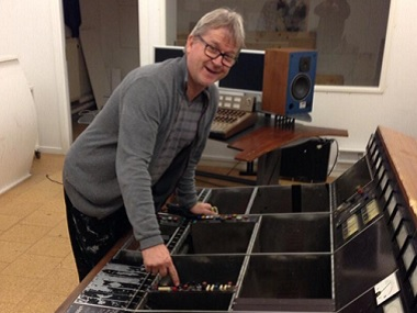 Flemming Rasmussen at the console. Image courtesy: Twitter @FlemmingRass