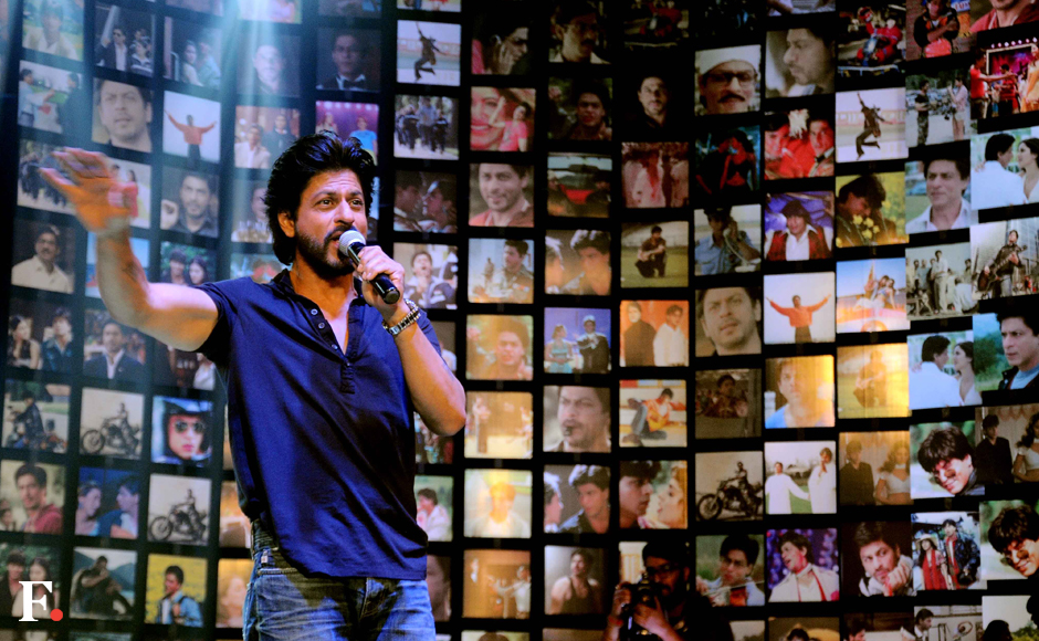Shah Rukh Khan interacts with his fans at the backdrop of a poster of his pictures. Sachin Gokhale/Firstpost