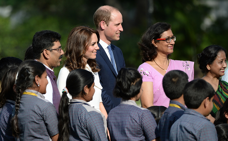 Britain's Prince William, Duke of Cambridge(C)and his wife Catherine, Duchess of Cambridge(4L)pose for a photograph with schoolchildren during a visit to Gandhi Smiriti, an Indian museum dedicated to Mahatma Gandhi in New Delhi on April 11, 2016. / AFP PHOTO