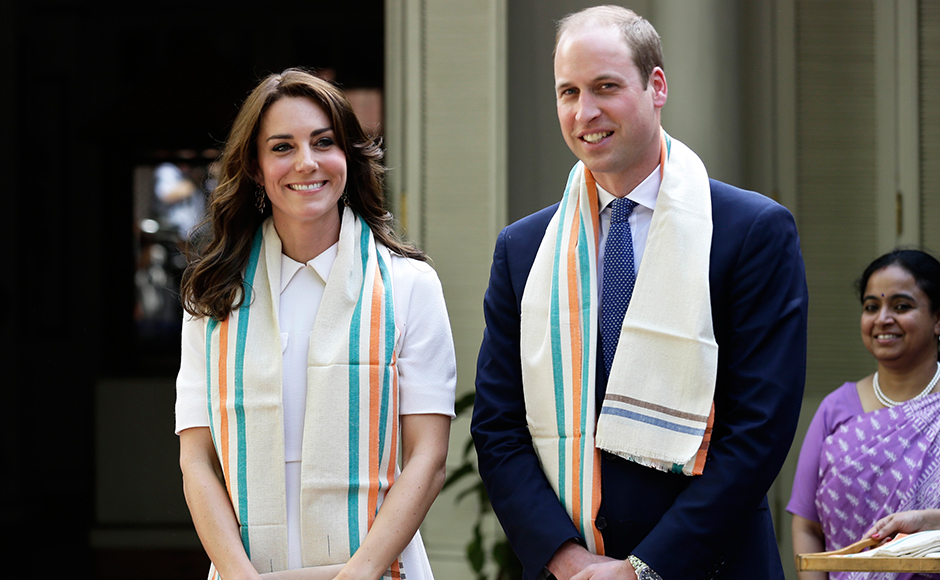 Britain's Prince William, Duke of Cambridge(R)and Catherine, Duchess of Cambridge(L)pose during a visit to Gandhi Smriti, an Indian museum dedicated to Mahatma Gandhi in New Delhi on April 11, 2016. / AFP PHOTO