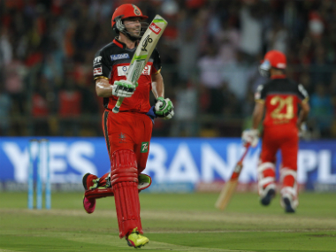 AB de Villiers (left) reacts after Royal Challengers Bangalore pull off a four-wicket win to qualify for the IPL 2016 final. Sportzpics/IPL