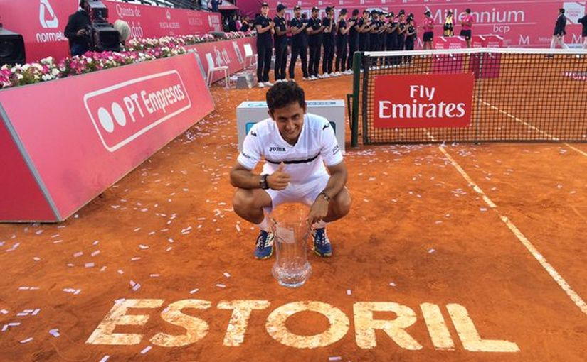 Nicholas Almagro with the Estoril trophy. Image courtesy: Twitter/@EstorilOpen