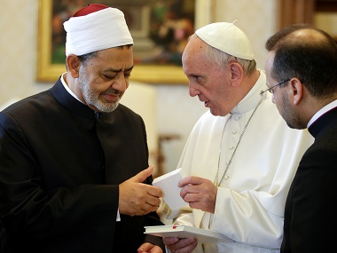 Pope Francis exchanges gifts with Sheikh Ahmed Mohamed el-Tayeb (L), Egyptian Imam of al-Azhar Mosque, at the Vatican. Reuters