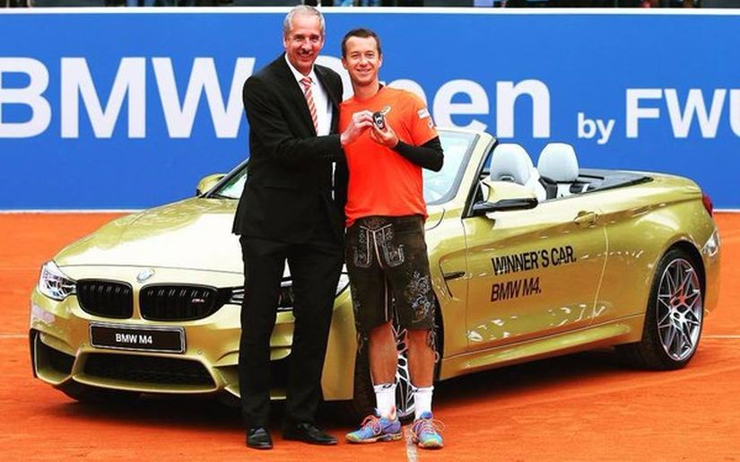 Philipp Kohlschreiber gets a typical Bavarian leather trousers and a BMW car as a present. Image courtesy: Twitter/@BMWOpenbyFWUAG