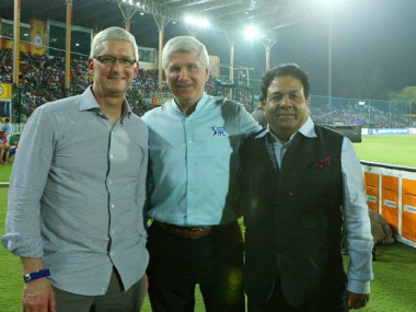 (L to R): Apple CEO Tim Cook, leading commentator Alan Wilkins and IPL chairman Rajeev Shukla. Photo Courtesy: IPL official Twitter handle.