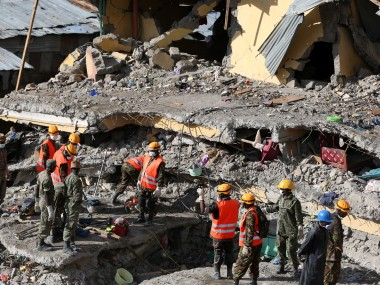Rescue workers search for survivors under the rubble of an apartment block on May 5, 2016 in Nairobi, after it collapsed six days ago. Four people were pulled alive May 5 from the rubble of an apartment block that collapsed six days ago when heavy rains hit Nairobi, causing floods and landslides in the Kenyan capital. / AFP PHOTO / STR