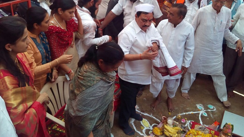 Khadse offers prayers at the temple in Muktainagar. Image procured by Sanjay Sawant