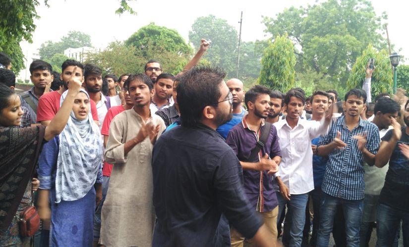 Students of Jamia Milia Islamia protest against sudden hostel raids. Image courtesy: Firstpost/Asad Ashraf