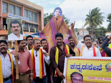 Chikmagular: Kannada Sena activists protest against the Supreme Court directive to release Cauvery water to Tamil Nadu, in Chikmagalur on Tuesday. PTI Photo (PTI9_6_2016_000160B)