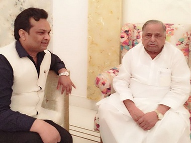 Samajwadi Party leader Ashu Malik (L) with Party Chief Mulayam Singh Yadav (R). Facebook