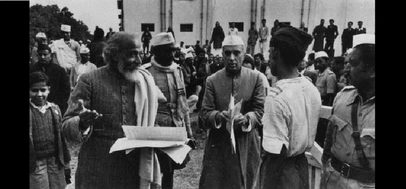 8th February 1947: Indian statesman Pandit Jawaharlal Nehru (1889 - 1964, facing camera) attends a meeting of the Constituent Assembly in the Council House Library, New Delhi, to decide on the constitution of the newly independent India. Nehru was to serve as prime minister of India from this time until his death in 1964. Original Publication: Picture Post - 4325 - India: The Last Chance - pub. 1947 (Photo by Bert Hardy/Picture Post/Getty Images)