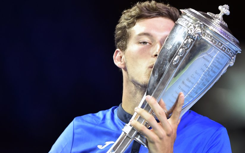 Pablo Carreno Busta kisses the trophy after defeating Fabio Fognini during the Kremlin Cup. AFP
