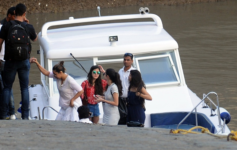 Gauri Khan with Suhana Khan, Shanaya Kapoor (Sanjay Kapoor's daughter) and Ananya Pandey (Chunkey Pandey's daughter).