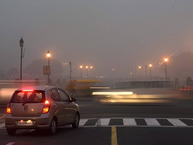 New Delhi: Vehicles ply on smog covered Rajpath in New Delhi on Saturday. PTI Photo by Manvender Vashist (PTI11_5_2016_000201B)