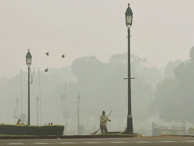 New Delhi: A view of New Delhi street covered with dense smog on Friday. PTI Photo by Manvender Vashist(PTI11_4_2016_000040B)