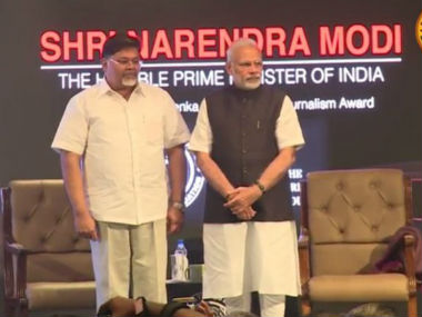 Narendra Modi at the Ramnath Goenka award ceremony. Image courtesy: Twitter, @thecaravanindia
