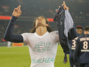 Edinson Cavani celebrates his goal by remembering the victims of the Chapecoense plane crash. AP