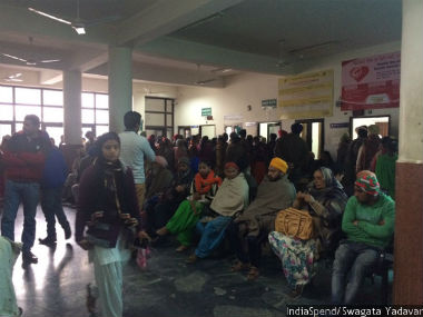 Patients queue up outside the out-patient department at the Civil Hospital in Tarn Taran. IndiaSpend/Swagata Yadavar