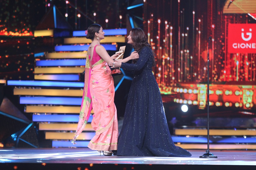 Kareena Kapoor Khan presenting the Best Actress Award to Alia Bhatt