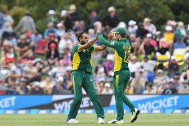 South Africa's Imran Tahir celebrates a New Zealand wicket with AB de Villiers. Getty Images