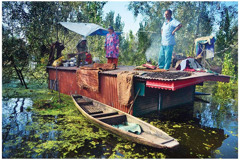 Syed Shahriyar / Family finds shelter, Dal Lake / Srinagar / 2014