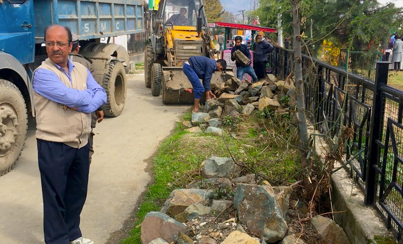 Srinagar municipality cleaned the road and removed stones before the spring festival Phulai, in the park on the banks of Jhelum, began. Firstpost/Sameer Yasir