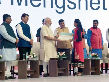 The Prime Minister, Shri Narendra Modi awarding the Digi-Dhan lucky draw winners, at Indoor Sports Complex, Mankapur on April 14, 2017. The Union Minister for Road Transport & Highways and Shipping, Shri Nitin Gadkari, the Union Minister for Electronics & Information Technology and Law & Justice, Shri Ravi Shankar Prasad, the Chief Minister of Maharashtra, Shri Devendra Fadnavis and the Minister of State for Social Justice & Empowerment, Shri Ramdas Athawale are also seen.