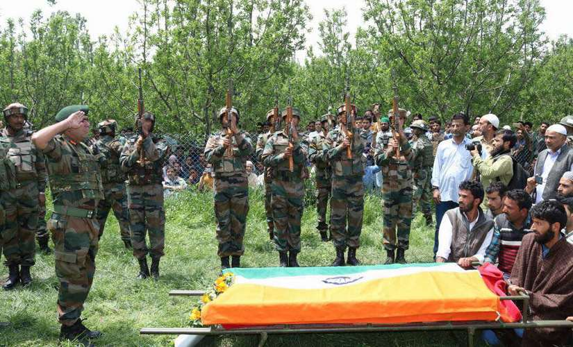 Soldiers of Indian Army pay tribute to Ummer Fayaz. Image courtesy: Indian Army