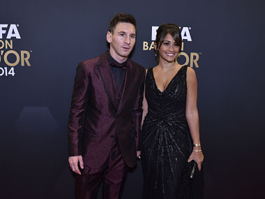 Barcelona and Argentina forward Lionel Messi (L) and his wife Argentinian model Antonella Roccuzzo pose as they arrive during the red carpet ceremony ahead of the 2014 FIFA Ballon d'Or award ceremony at the Kongresshaus in Zurich on January 12, 2015. AFP PHOTO / MICHAEL BUHOLZER / AFP PHOTO / MICHAEL BUHOLZER