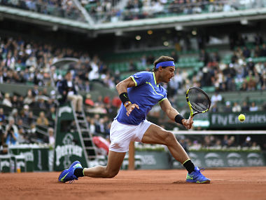 Spain's Rafael Nadal returns the ball to Spain's Pablo Carreno Busta during their tennis match at the Roland Garros 2017 French Open on June 7, 2017 in Paris. / AFP PHOTO / CHRISTOPHE SIMON