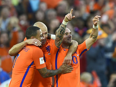 Dutch's Wesley Sneijder (R) with Dutch's Arjen Robben (C) celebrates after scoring during the FIFA World Cup 2018 qualification football match between Netherlands and Luxembourg on June 9 , 2017 in Rotterdam. / AFP PHOTO / JOHN THYS