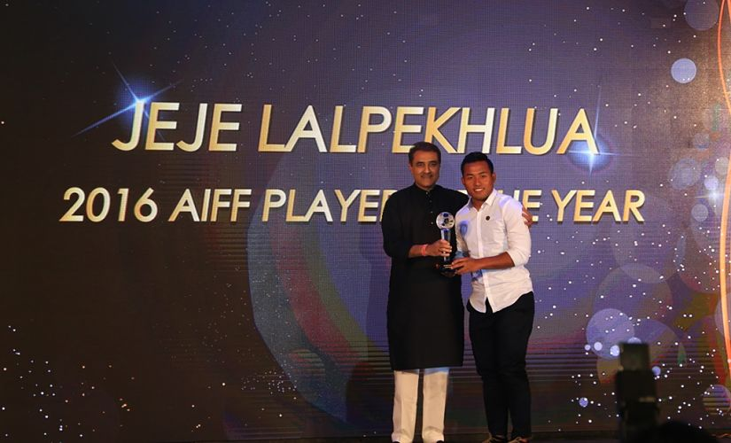 Jeje Lalpekhlua (R) receiving the 2016 AIFF Player of the year award. Image Courtesy: AIFF